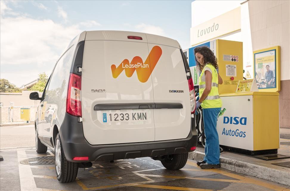Vehículo comercial de la operadora de renting LeasePlan reposta DISA AutoGas