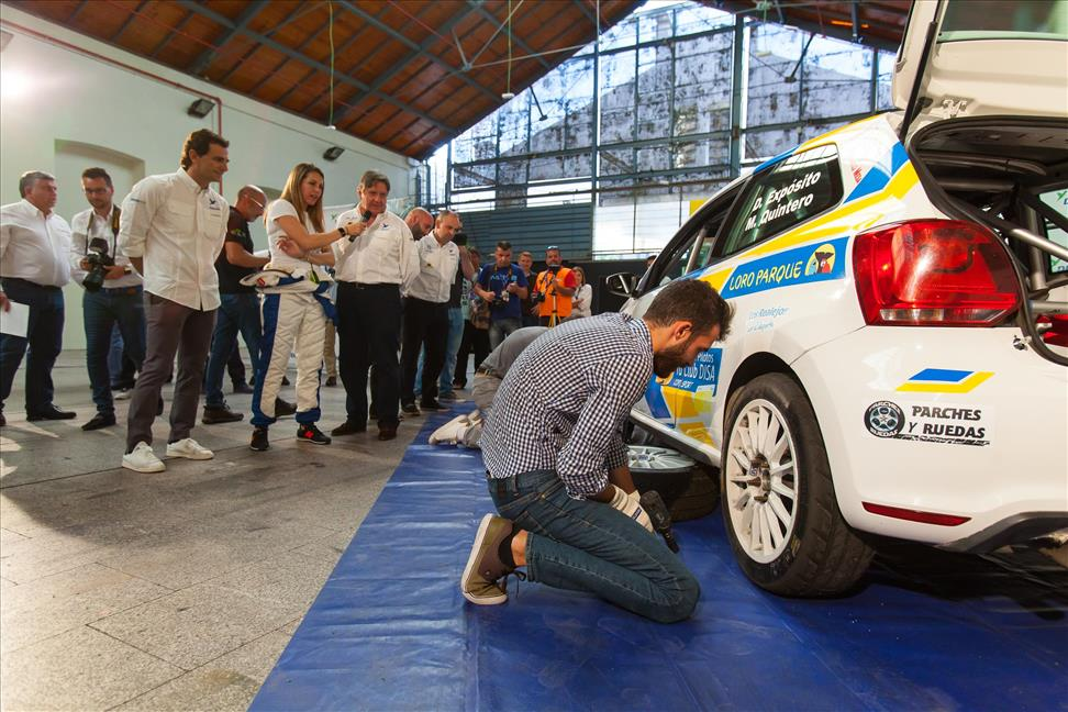 Periodistas cambiando las ruedas.jpg